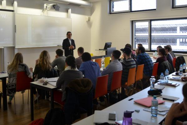 Vortrag vor einer Klasse.