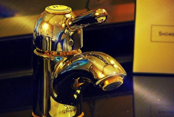 goldener Wasserhahn